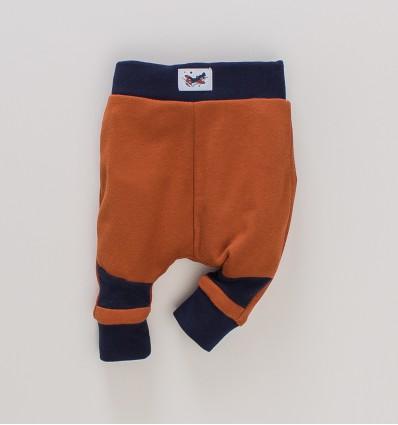 Cynamonowe spodnie niemowlęce SAMOLOTY z bawełny organicznej dla chłopca